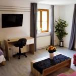 Arbeitsbereich und Ausstattung des Wohnzimmers